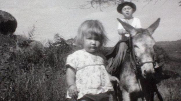 La infancia de Clare Weiskopf (de pie) fue itinerante. BBC Mundo
