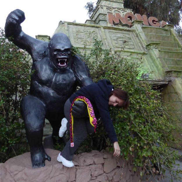 Mulher posa com estátua de gorila em atração circense