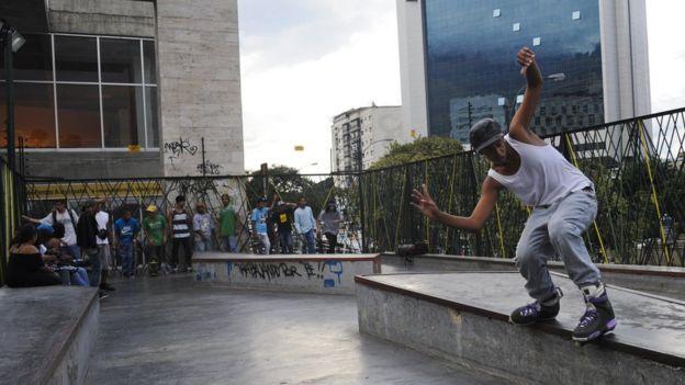 Homem andando de skate