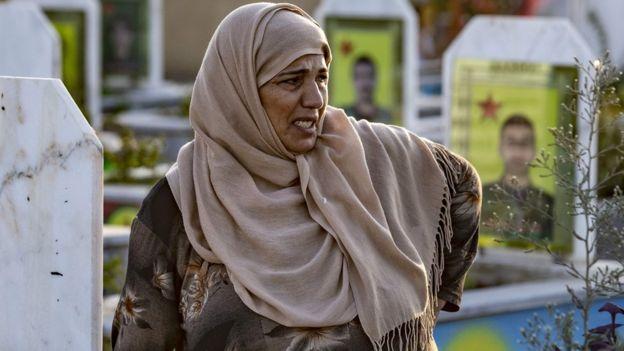 Seorang perempuan Suriah dari suku Kurdi menangis saat pemakaman lima laskar Pasukan Demokratik Suriah di Ras al-Ain di sepanjang perbatasan, pada 14 Oktober 2019.