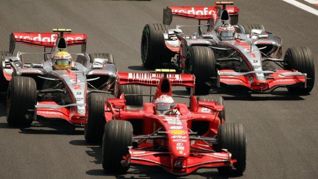 Alonso luchando con Hamilton y Raikkonen.