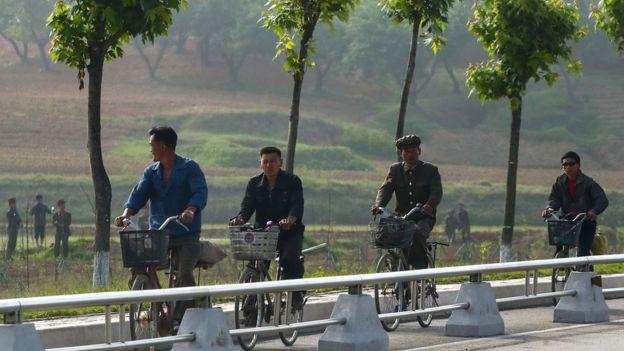 朝鮮人的收入微薄,一般要依靠各種外快來維持生計。