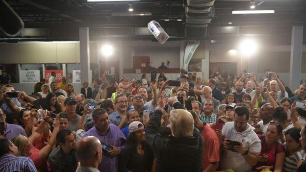 El presidente Trump fue criticado por haber lanzado rollos de papel secante a una audiencia durante su visita a Puerto Rico.