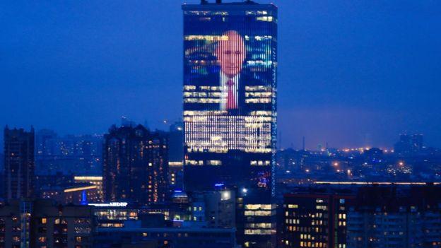 Putin'in konuşması bazı binaların üstüne yansıtılarak yayınlandı