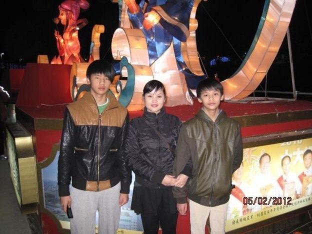 Bên hai con trai lớn, chị Vũ Thị Ngọc mỉm cười hài lòng với cuộc đời