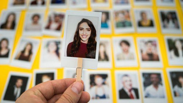 Mujer en fotografía polaroid.