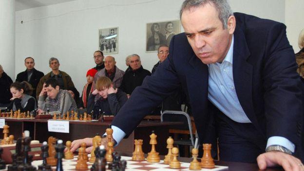 El campeón de ajedrez Gary Kasparov inclinado sobre un tablero