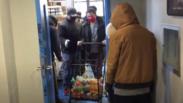 Entrega de comida por la organización La Jornada en Queens, Nueva York.