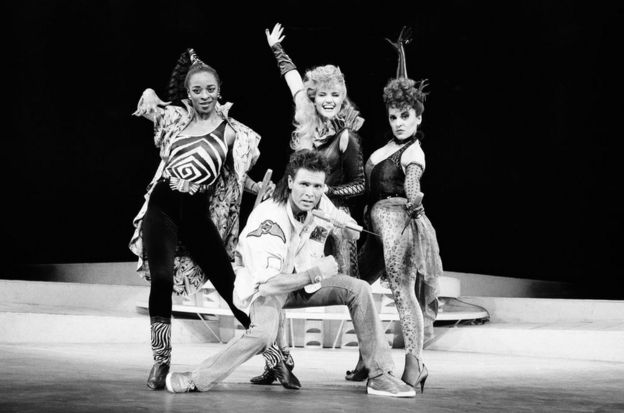 Клифф Ричард на сцене с актрисами мюзикла