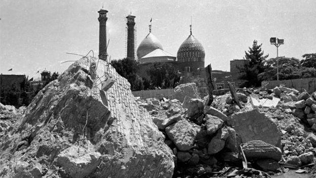 کار تخریب مقبره رضا شاه حدود بیست رو طول کشید و از دینامیت و جرثقیل به غیر از تخریب دستی هم استفاده شد