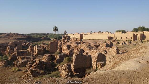 دیوارهای عظیم اطراف ویرانهها یشهر بابل
