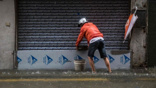 有澳門店鋪負責人在閘門安裝水閘,防止水湧進店內。