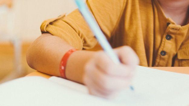 Criança escrevendo