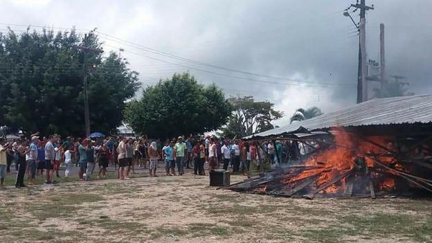 Brasileiros queimando pertences de venezuelanos