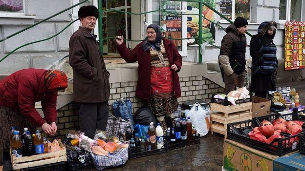 Personas vendiendo alcohol en Moldavia
