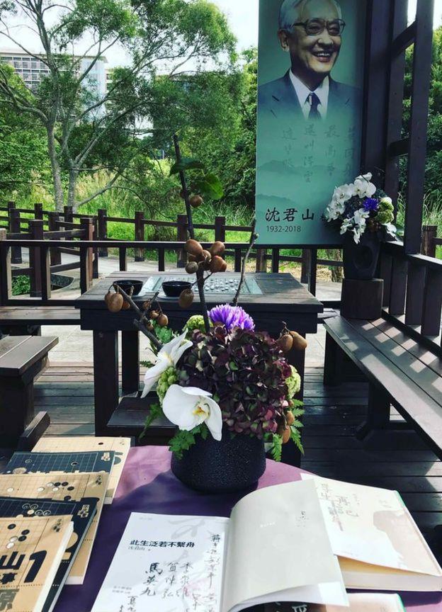 台灣清華大學在涼亭擺著鮮花、圍棋、數本書悼念沈君山。