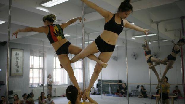 中國鋼管舞女子國家隊在操練。