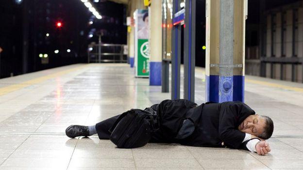 Japonlar uzun süren işe gidiş ve geliş yollarında da sıklıkla uyuyor