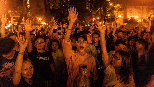 Người dân Hong Kong ăn mừng tối 25/11 sau khi phê ủng hộ dân chủ chiến thắng áp đảo trong cuộc bầu cử hội đồng quận