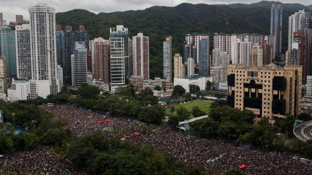 8月18日,香港民众冒雨在港岛中心维多利亚公园集会。