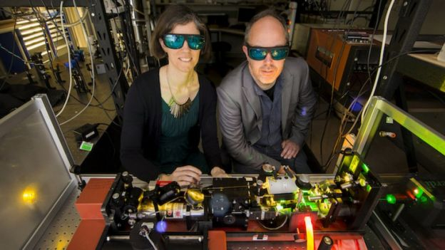 Rose Ahlefeldt e Matthew Sellars operam laser
