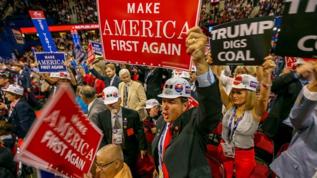 """Сторонники Трампа с лозунгами """"Сделаем Америку снова первой"""" и """"Трамп роет уголь"""""""