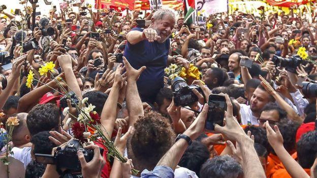 Luiz Inácio Lula da Silva es cargado en hombros por sus simpatizantes