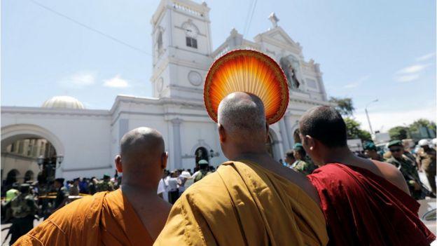 佛教僧侣到出事现场。