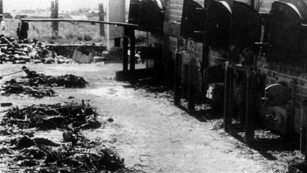 Foto preta e branca mostra fornos de cremação no campo de Birkenau-Auschwitz