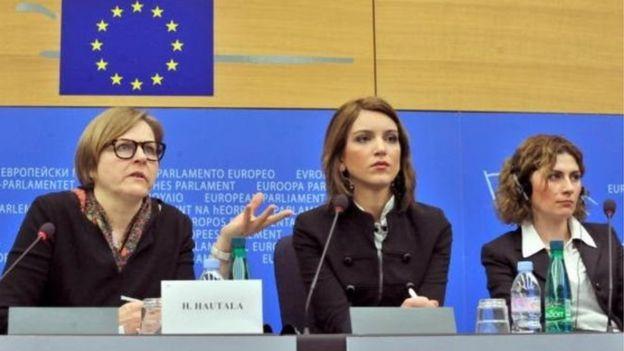 Bà Heidi Hautala, Phó Chủ tịch Nghị viện châu Âu (bìa trái) mới có chuyến thăm Việt Nam hồi đầu năm