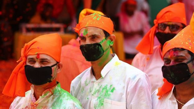 Umat Hindu mengenakan masker saat perayaan Holi Uttar Pradesh, India.