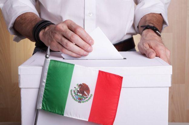 Urna y bandera de México.