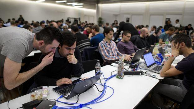 Participantes competem atrás de seus computadores durante concurso de hackers éticos Insomni'hack 2014 em 21 de março de 2014, em Genebra