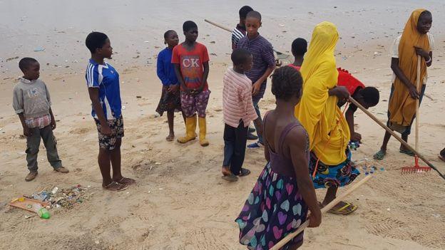 Children collecting rubbish on Elegushi beach