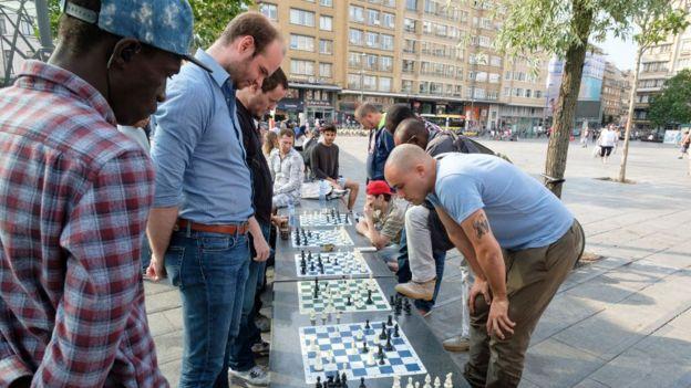 Juego de ajedrez en una plaza en Bruselas