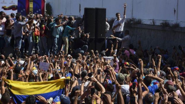 Gente durante el discurso de Juan Guaidó en Caracas, Venezuela.