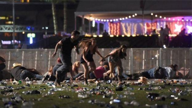 ผู้คนนับร้อยในที่เกิดเหตุต่างวิ่งหนีเอาชีวิตรอด ในเหตุกราดยิงที่เลวร้ายที่สุดของสหรัฐฯ ที่ลาสเวกัส เมื่อคืนวันที่ 1 ต.ค. 2560