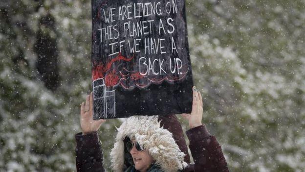 تظاهر الناس في دنفر على الرغم من تساقط الجليد