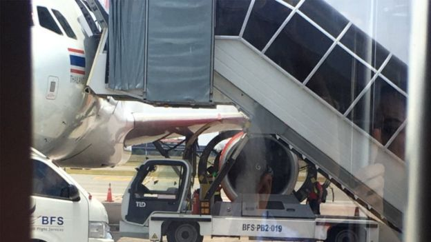 Các xe kỹ thuật kiểm tra động cơ bên trái máy bay sau khi hạ cánh khẩn cấp