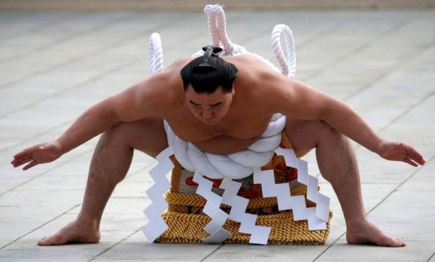 """""""Lloraba todos los días"""": cómo viven los luchadores el lado oscuro del sumo en Japón"""