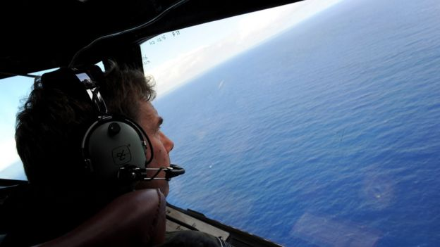 La búsqueda de los restos del avión de Malaysia Airlines incluyó operaciones aéreas y submarinas.