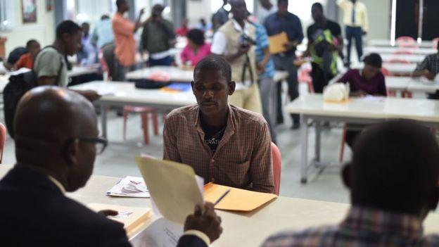 Hombre anotándose en el registro para ingresar al ejército en Haití.