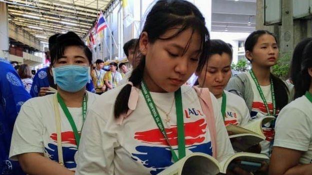 Phạm Đức Hương Tuyền, 14 tuổi, cầu nguyện trong xúc động sau khi là một trong những người hiếm hoi được Giáo Hoàng bắt tay
