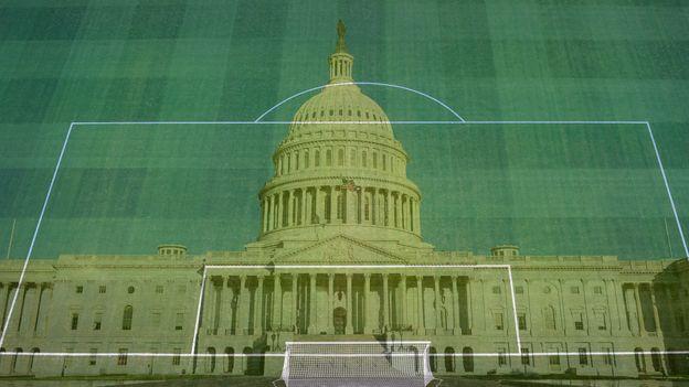 Marcaciones de cancha de fútbol superpuestas sobre el capitolio de Washington