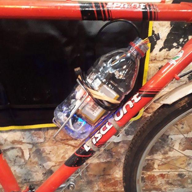 Una bicicleta con una botella que contiene el dispositivo creado por Stiel y su hijo Caspar