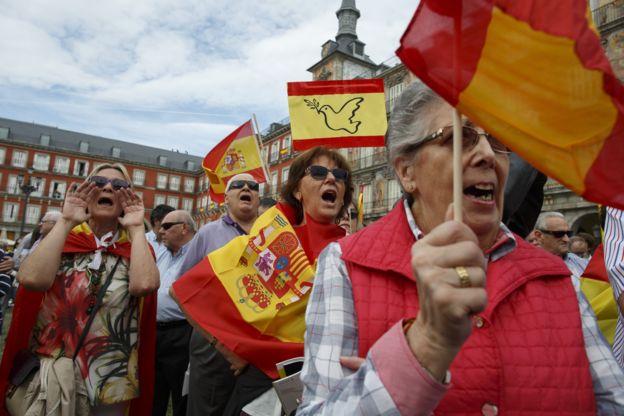 ชาวสเปนบางกลุ่มออกมาต่อต้านการแยกตัวเป็นเอกราชของคาตาลูญญา