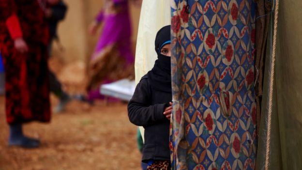 IŞİD'in Menbic'i ele geçirmesiyle 30 bine yakın sivil evlerini terk edip kamplara yerleşmeye zorlandı.