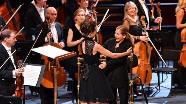 Karina Canellakis abraza a la compositora Zosha Di Castri después de estrenar su nuevo trabajo