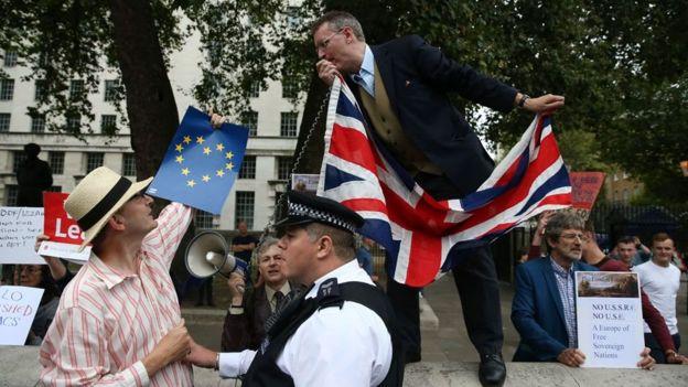 britânicos em protesto a favor do Brexit