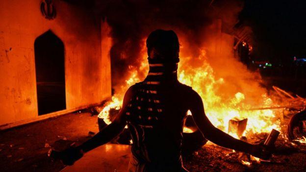 В Наджафе протестующие подожгли здание иранского консульства